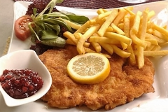 big-schnitzel-thursdays-at-lyndoch-hotel-in-the-barossa-valley-560x360